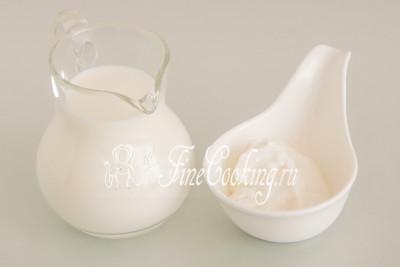 Для приготовления вкусного домашнего йогурта нам понадобится молоко и густой натуральный йогурт, который выступит в роли закваски