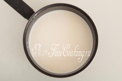 1 литр молока (в этом рецепте используется жирностью 3,5%) наливаем в подходящую по размеру кастрюльку и ставим на средний огонь