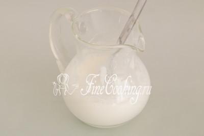 В пиалу, стакан или кувшинчик кладем хорошую ложку (с горкой) натурального йогурта