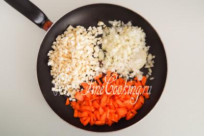 В широкую и глубокую сковороду наливаем 2 столовые ложки растительного масла без запаха, разогреваем его