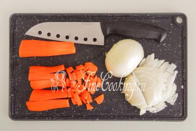 Одну крупную луковицу и морковь чистим, нарезаем произвольно