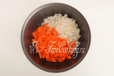 В чашу мультиварки наливаем пару столовых ложек растительного масла и закладываем овощи
