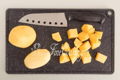 Нарезаем картошку произвольными ломтиками