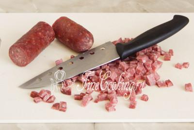 Окрошку на квасе я люблю именно с копченой колбасой, поэтому нарезаю ее мелким кубиком