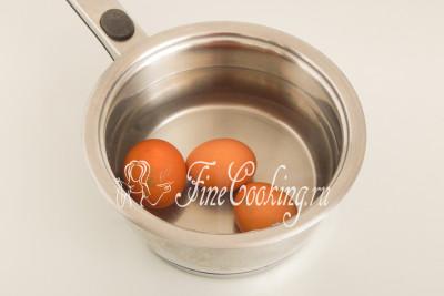 В кастрюльку наливаем куриный бульон и ставим его на плиту греться