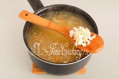 Отправляем вареные яйца в кастрюлю и варим суп буквально пару минут