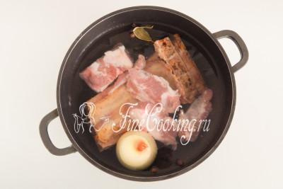В кастрюлю большого объема (у меня емкостью 4 литра) закладываем сырое мясо (600 граммов сырых свиных ребер или бескостный кусок граммов на 300), а также 350 граммов копченых свиных ребрышек