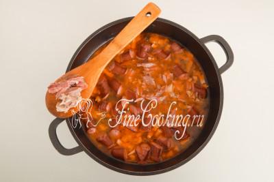 Закладываем в сборную солянку мясную составляющую и томим суп еще минут 10