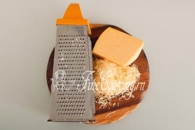 200 граммов любого полутвердого сыра измельчите на мелкой терке