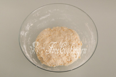 Вначале вилкой, а затем рукой быстро замешиваем тесто