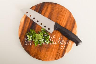 Небольшой пучок свежей зелени просто мелко рубим ножом
