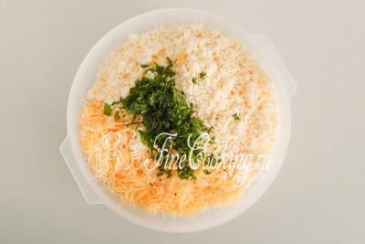 Перекладываем два вида измельченного сыра в миску