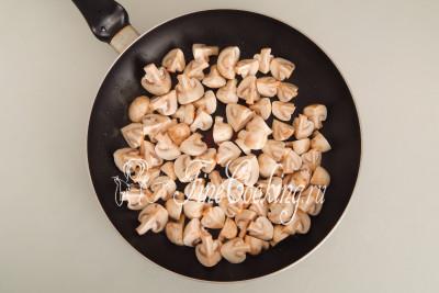 В широкой (у меня диаметром 28 сантиметров) сковороде разогреваем 3 столовые ложки (берем от общего объема, указанного в рецепте) растительного масла без запаха