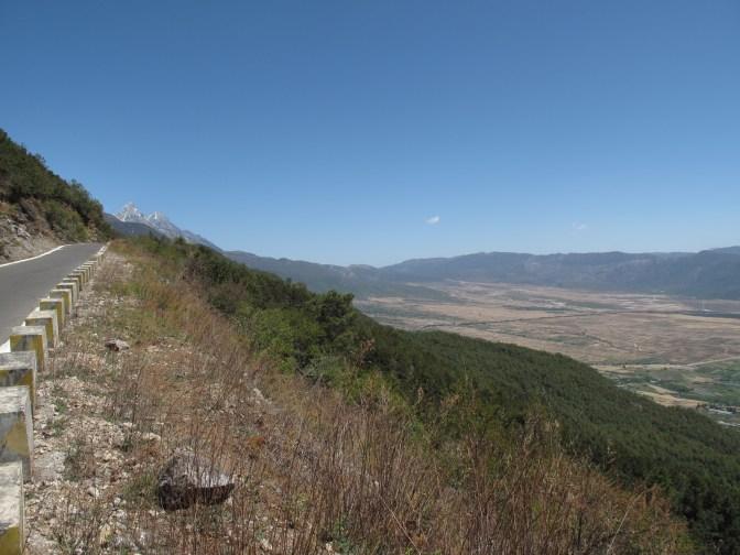 Yùlóngxuě Shān and the neighbouring valley.