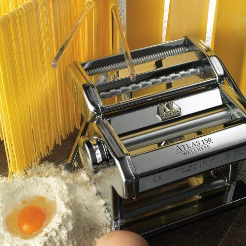 Julklappstips till henne som älskar passa: Med denna pastamaskin kan hon göra sin egen...