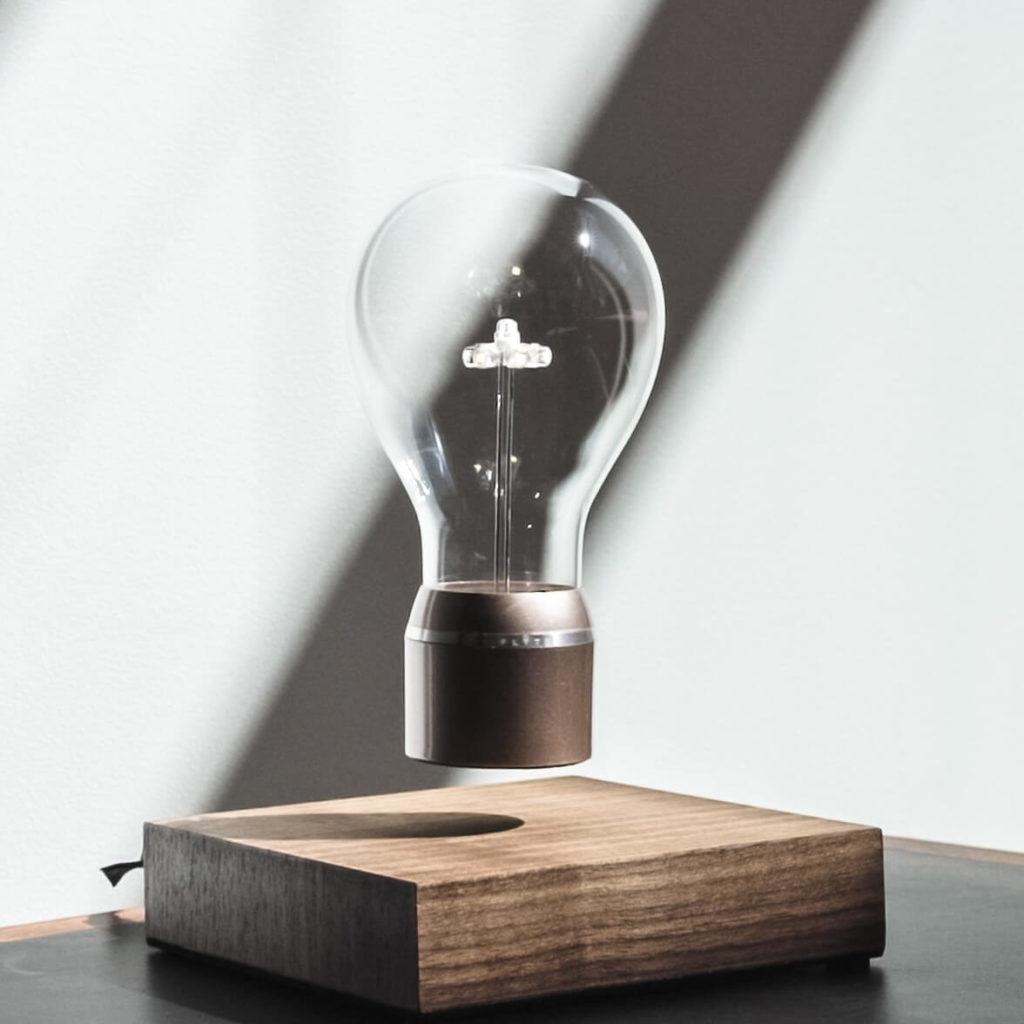 Present till man: Flyte buckminister flytande glödlampa