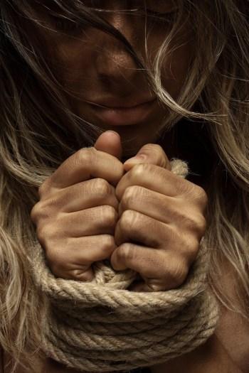 유죄로 밧줄에 묶임