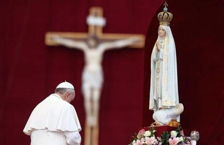 마리아에게 경배하는 프란치스코 교황