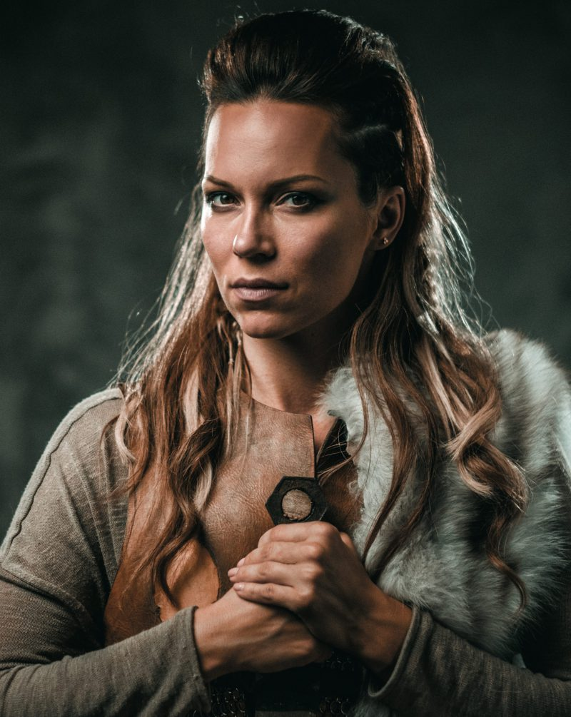 https://i0.wp.com/finlandia.be/wp-content/uploads/2019/04/viking-woman-with-cold-weapon-in-a-traditional-PZXR2LU-1-e1555344362416.jpg?fit=800%2C1005&ssl=1