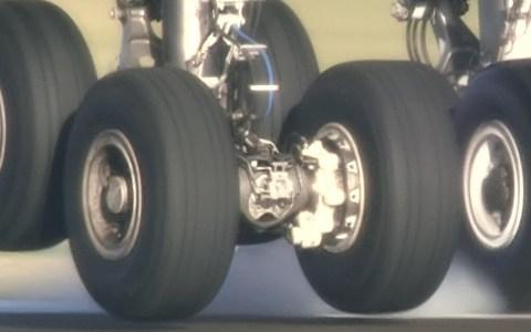Las ruedas de un A380 tocando pista a cámara lenta
