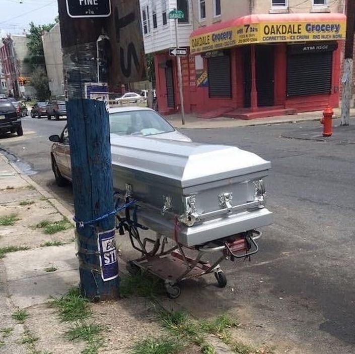 Que barrio más chungo es este cuando tienes que encadenar a tus muertos