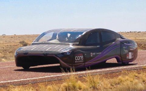 Un coche solar fabricado por estudiantes destroza el récord mundial de eficiencia en un viaje de 4.000 km