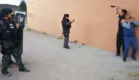 Policia de Ecuador preparada para contrarrestar ataques con arma blanca teniendo menos reflejos que el vantablack