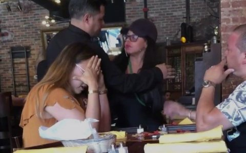 Mujer pilla a su marido con otra en un restaurante