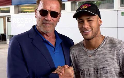 Uno de los mejores actores de la historia posando junto a Arnold Schwarzenegger