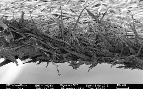Y por esto te duele tanto cuando te cortas con uno: así es el filo de un papel visto al microscopio