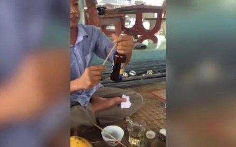 ¿Intentar abrir una birra con un palo de brocheta? EERROOOOR!