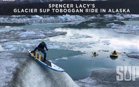 """Spencer Lacy haciendo """"skating"""" en un glaciar sobre una tabla de paddle surf"""