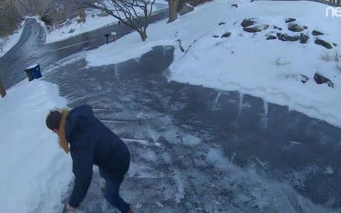 ¿Echando sal a la rampa para acabar con el hielo?