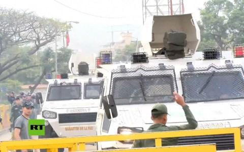 Tanquetas llenas de militares desertores venezolanos cruzan la frontera con Colombia atropellando a la gente