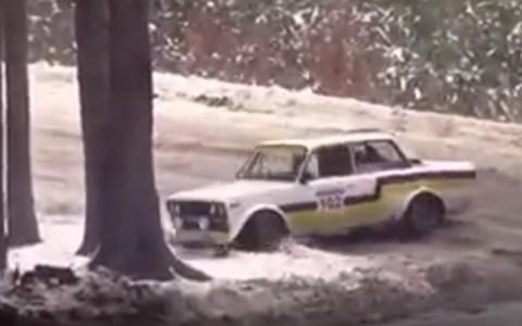 Me subiré al maletero de este coche de rally, ¿qué podría salir mal?
