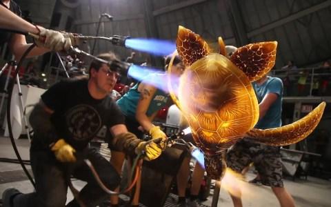 El artista del vidrio, Raven Skyriver, crea una tortuga gigante en tiempo récord