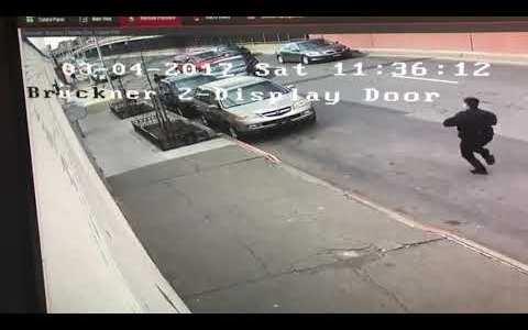 Se tira de un coche de policía en marcha, estando esposado, y luego protagoniza la huida más miserable de la historia