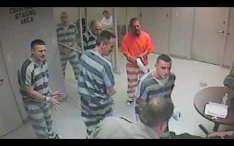 Un guarda sufre un ataque y varios presos fuerzan la puerta de su celda para ayudarle