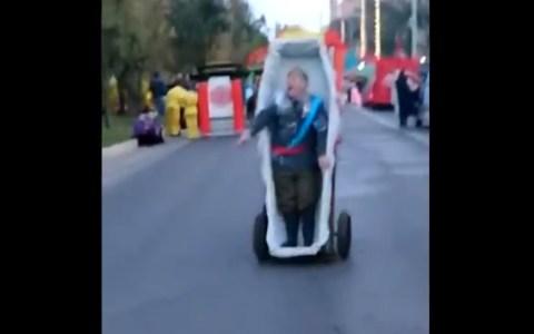 Este hombre se ha pasado el Carnaval