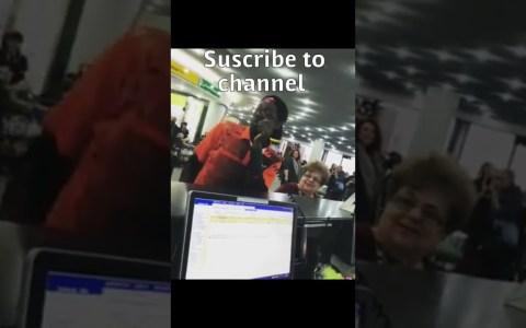 Amenizándole la espera a la gente durante el retraso de un avión