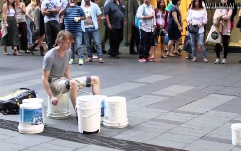 Otro batería callejero que parece poseído por el dios de la percusión