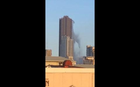 Piscina en la azotea de un rascacielos de Manila vaciándose durante un terremoto