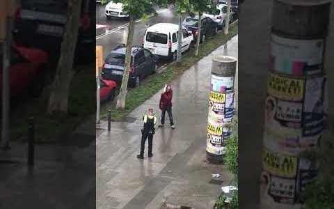 Amenaza con cortarse el cuello con un cuchillo delante de un policía local en Viladecans