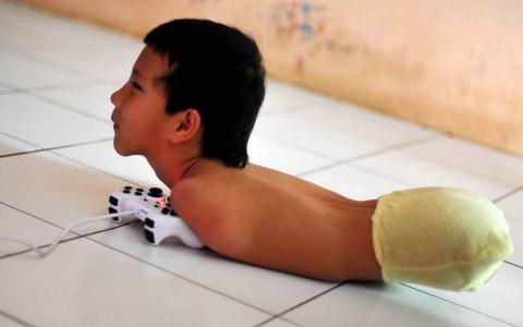 El chaval que juega a la play sin tener brazos ni piernas