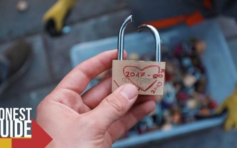 """Rompiendo candados """"de amor"""" de puentes y estatuas en París"""