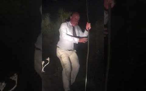 Un alcalde se cuela a apagar un fuego en corbata y a hacerse selfies, molestando a los bomberos