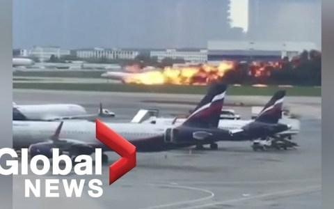 Un avión aterriza envuelto en llamas en el aeropuerto de Moscú