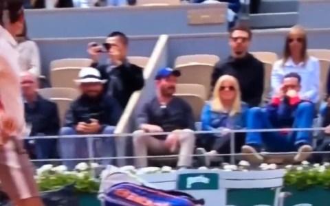 Un hombre pierde su gorra por la onda expansiva de la mala hostia de Federer
