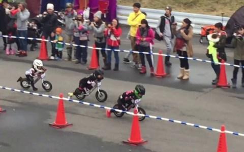 En japón antes de poder conducir una moto, tienes que demostrar tu habilidad con... esto