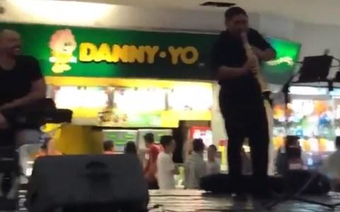 Un centro comercial empieza a inundarse y los músicos deciden interpretar la canción ideal